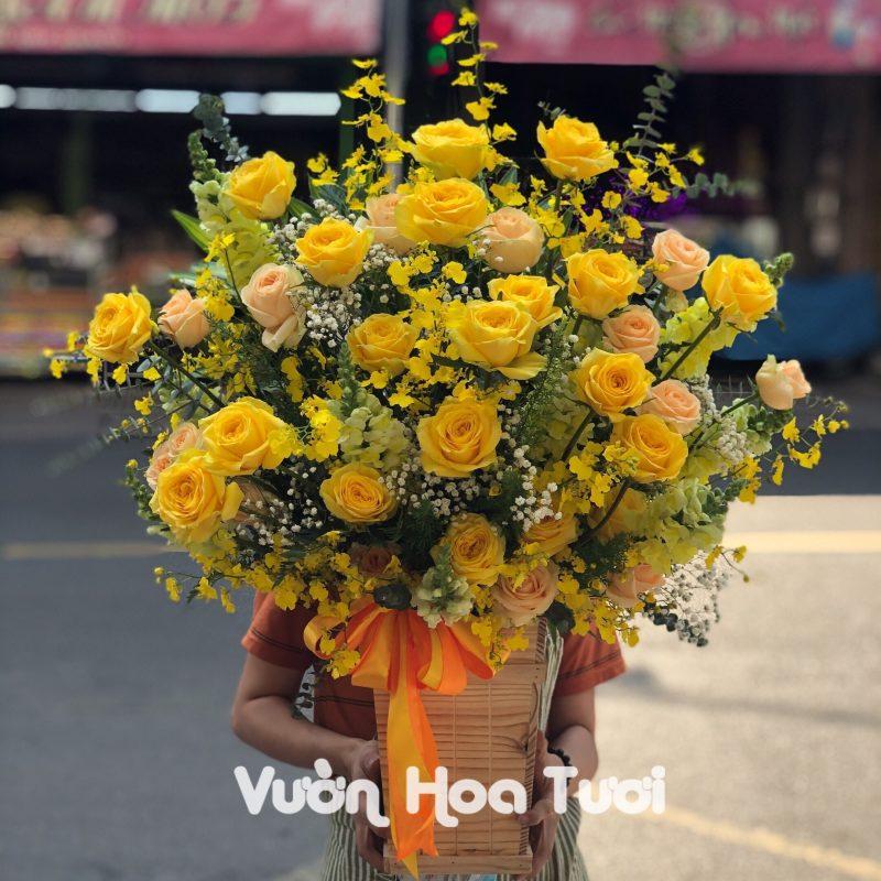 Lẵng hoa Hồng Vàng và Vũ nữ