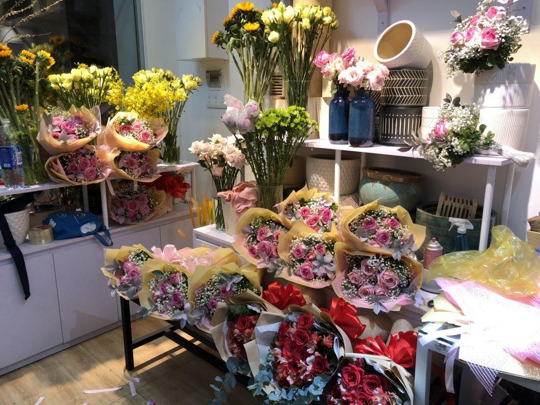 Chuẩn bị hoa bó chúc mừng dành cho khách hàng