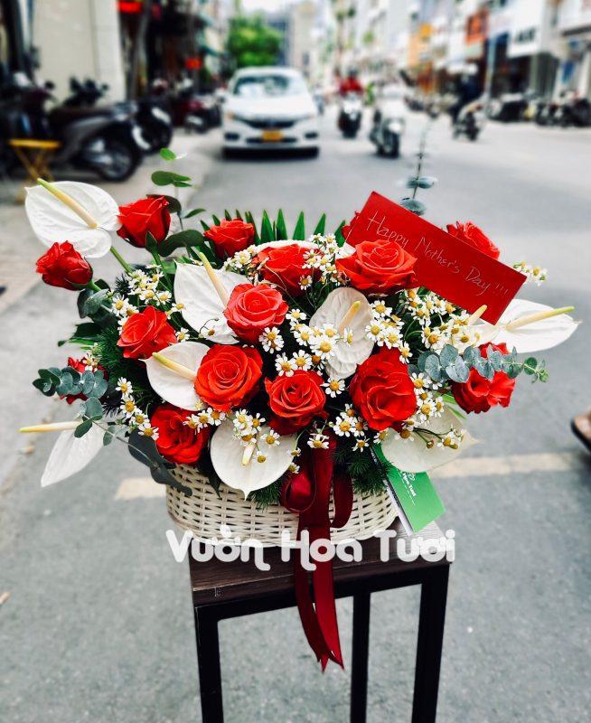 Giỏ hoa Hồng đỏ Sa và Môn Trắng