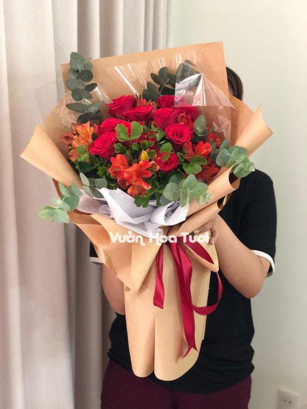 Bó hoa Hồng đỏ kết hợp hoa thuỷ tiên